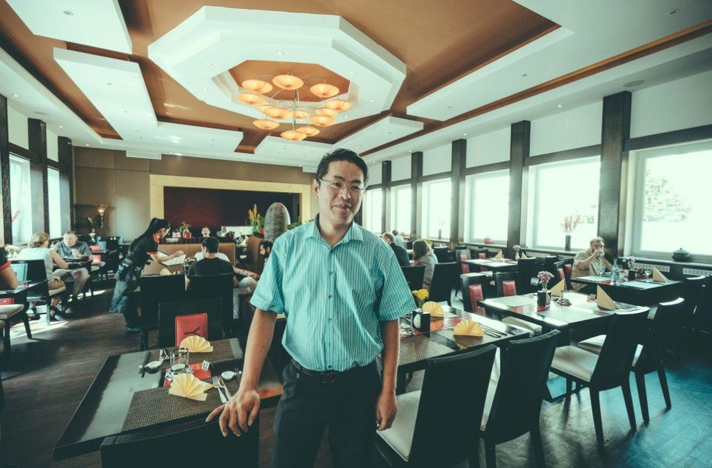 Erzieht seine Gäste, ihre Teller nicht voll  zu laden: Guoyu Luan Foto: Lichtgut/Leif Piechowski