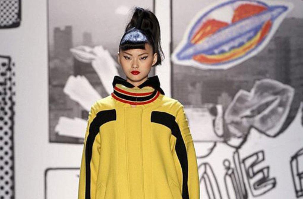 Die Models bei der Japanerin Tsumori Chisato erinnerten auf dem Laufsteg in Paris mit ihrem hochgebundenen Zopf, eingedrehtem Pony, Lackstiefelchen und Handschuhen an Figuren aus einem Cartoon. Foto: dpa