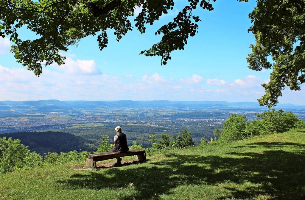 Das Filstal zu Füßen, den Albtrauf vis-à-vis: das Gipfelplateau des Hohenstaufen darf als Aussichtspunkt auf der Staufer-Runde natürlich nicht fehlen. Foto: Stadt Göppingen