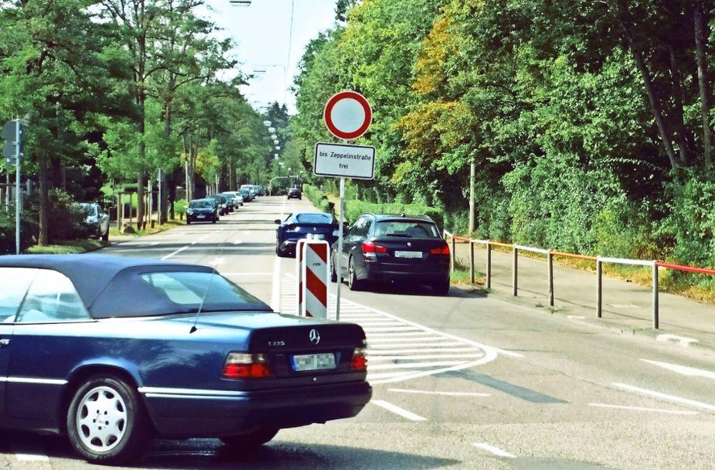 Viele  auswärtige Autofahrer versuchen den Weg über den Botnanger Sattel zu nehmen   – trotz zahlreicher Schilder, die auf die  Vollsperrung hinweisen. Foto: Nina Ayerle