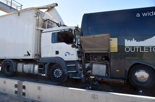 Lkw fährt auf Bus auf – Lastwagenfahrer lebensgefährlich verletzt