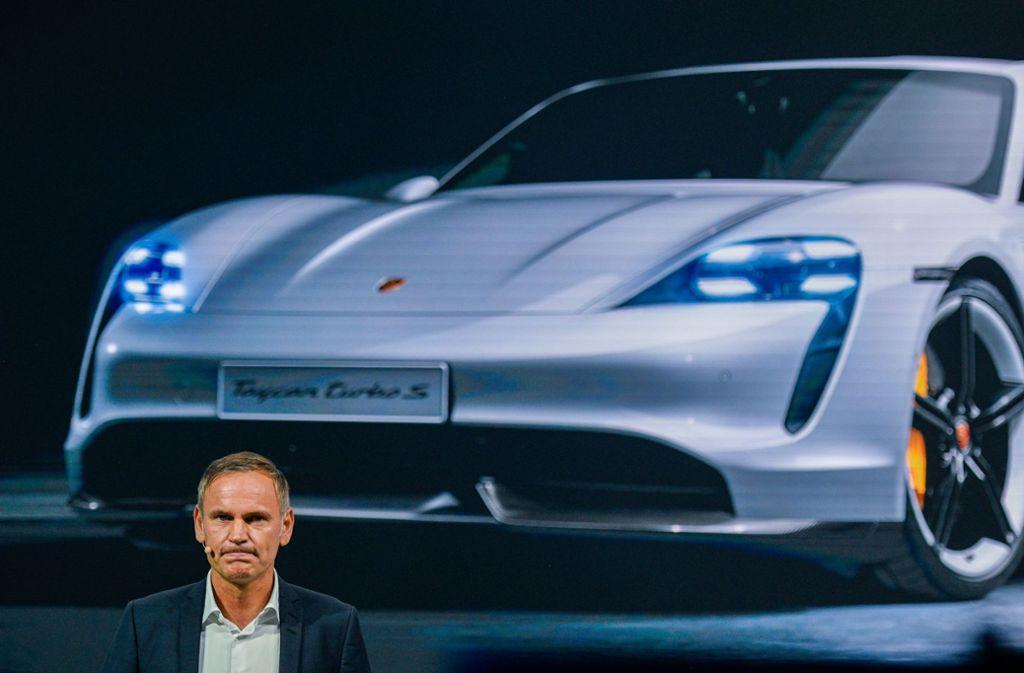 Ein Mann und ein Auto: Porsche-Chef Oliver Blume hält wenig von wenig von Regulierungen. Foto: Getty Images/Sascha Schuermann
