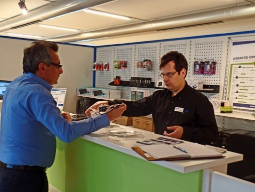 Jörg Adler    (rechts) berät einen Kunden beim Kabelkauf. Foto: Kathrin Wesely