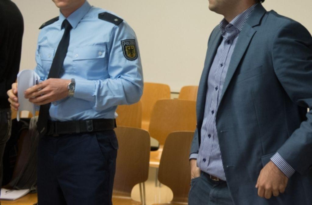 Der Kläger (rechts) im Verwaltungsgericht Stuttgart vor Beginn eines Prozesses, in dem die Rechtmäßigkeit einer Kontrolle des Klägers durch die Bundespolizei in einem Zug geklärt werden soll. Foto: dpa