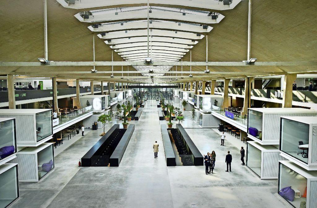Station F in Paris: Das in einem alten Pariser Güterbahnhof errichtete Start-up-Zentrum will als weltweit größte Brutstätte für junge Unternehmen Furore machen Foto: AFP