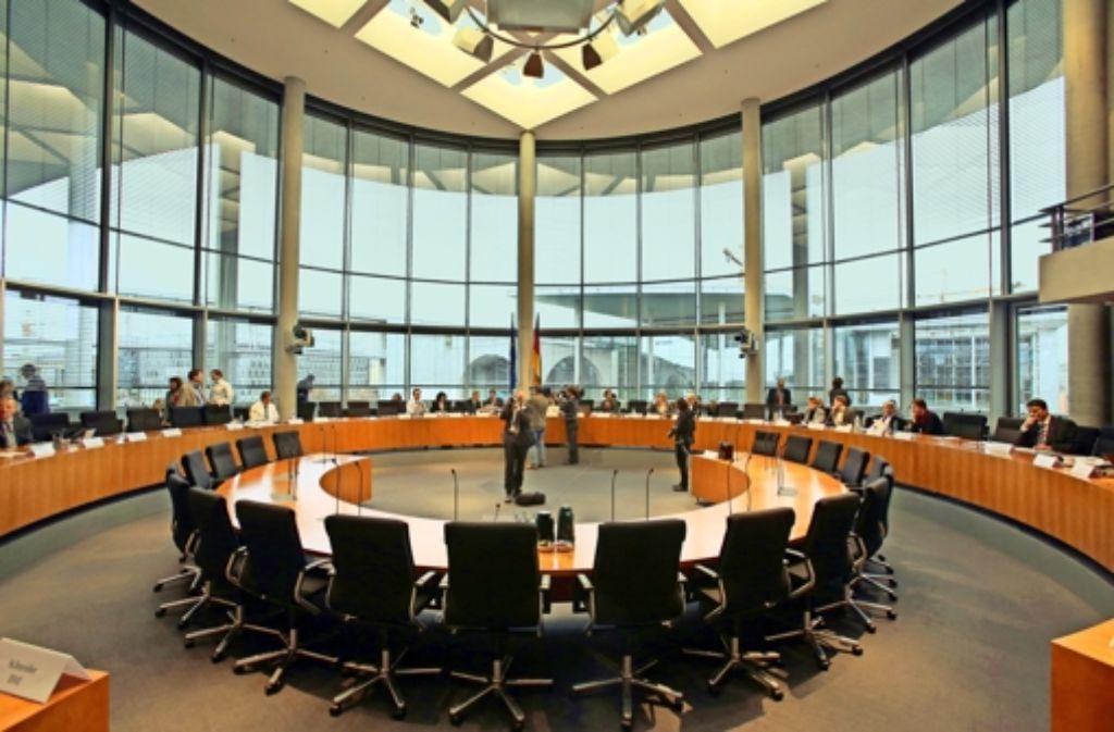 Eine runde Sache: Die Abgeordneten sitzen im äußeren, die Zeugen im inneren Halbkreis des Europasaals. Foto: dpa