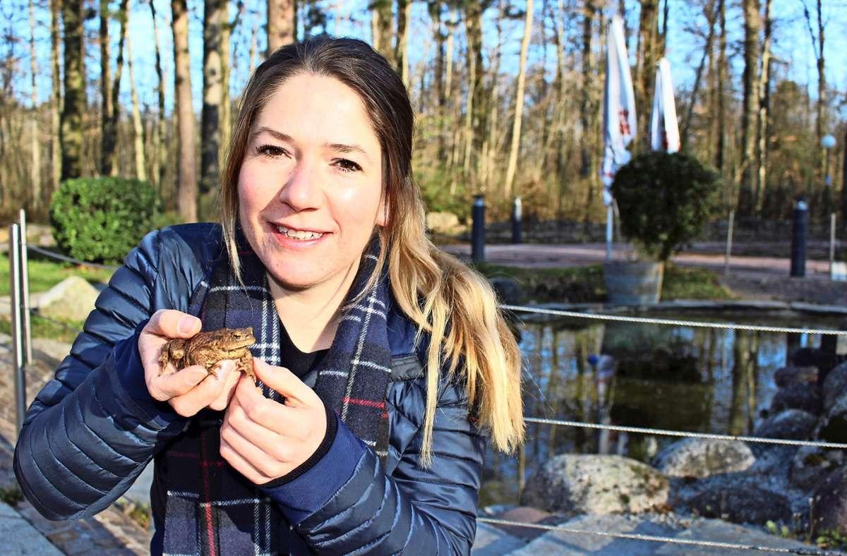 Marlene Leuschel hält eine Erdkröte, die sie eben von einem Radweg am Fernsehturm gerettet hat. Foto: Caroline Holowiecki
