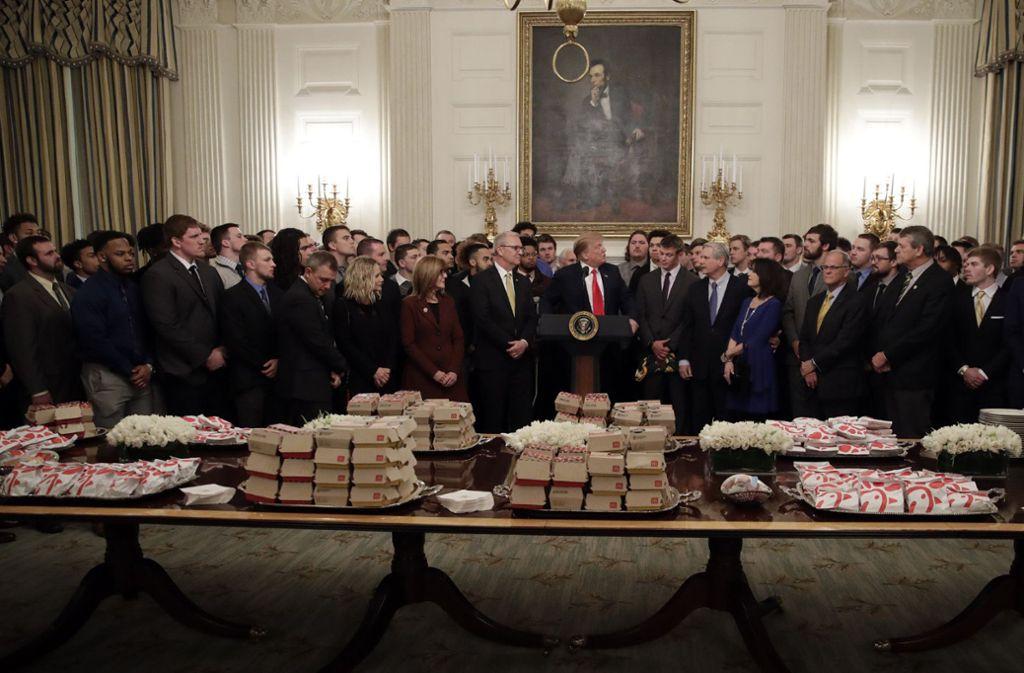 Für die Football-Spieler gibt es im Weißen Haus Burger und Pommes. Foto: AP