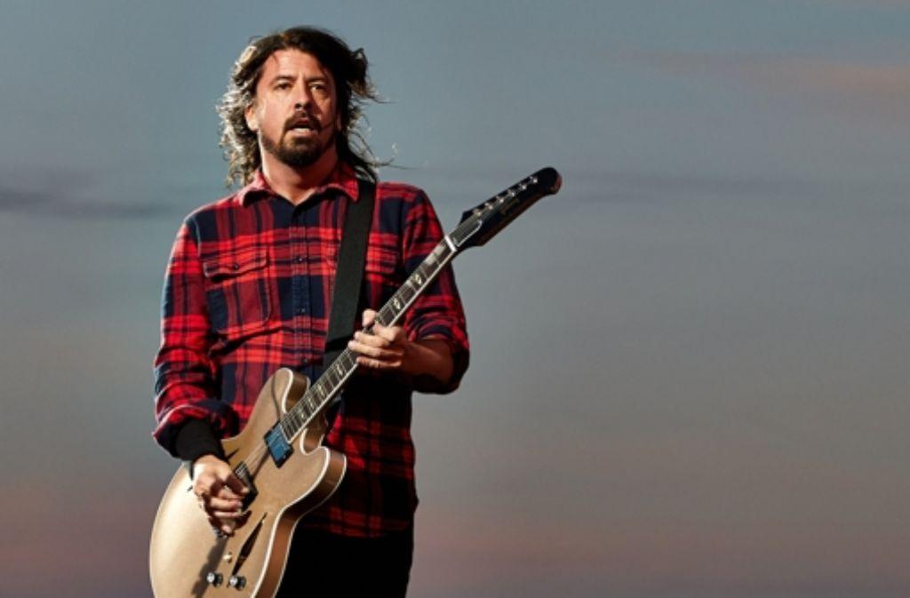 Dave Grohl hatte sich in Göteborg das Bein gebrochen, nun haben die Foo Fighters die restlichen Auftritte in Europa abgesagt. Foto: dpa