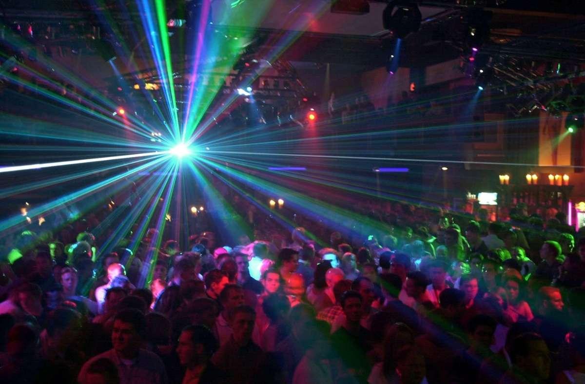 Feiern wie hier in einem Club Anfang Februar sind nicht mehr erlaubt – in Stuttgart ist deswegen nun ein Lokal geschlossen worden. Foto: dpa//Martin Schutt
