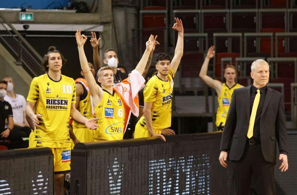 Der Blick von Trainer John Patrick und den seinen erfolgreichen Ludwigsburger Basketballern geht schon in Richtung Play-offs. Foto: Baumann