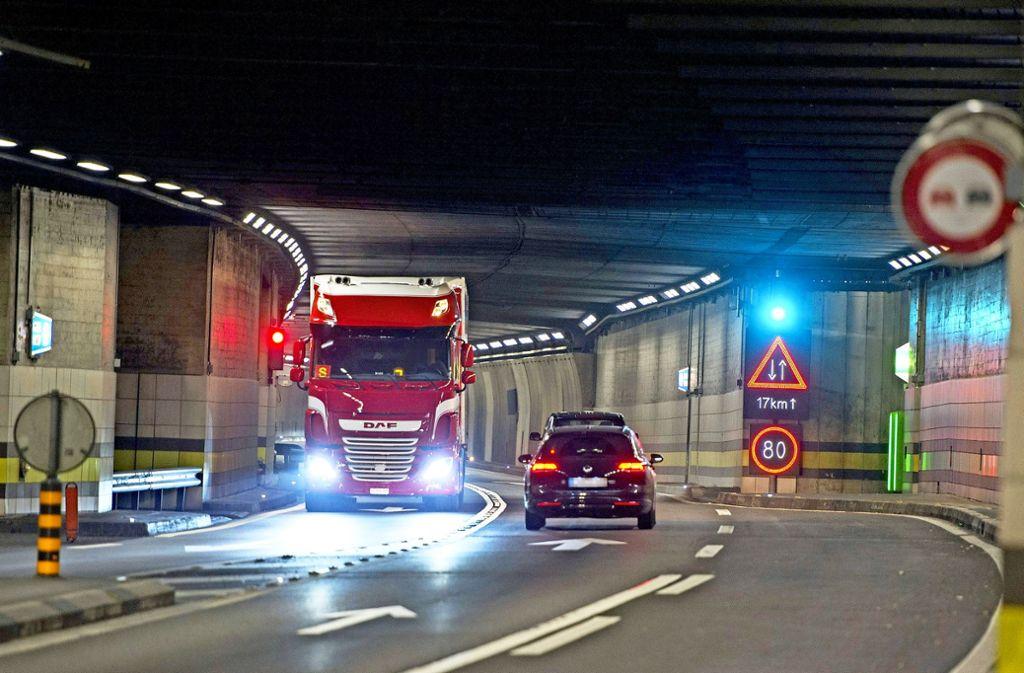 Im Gotthardtunnel gilt Tempo 80 und Überholverbot. Foto: dpa/Keystone