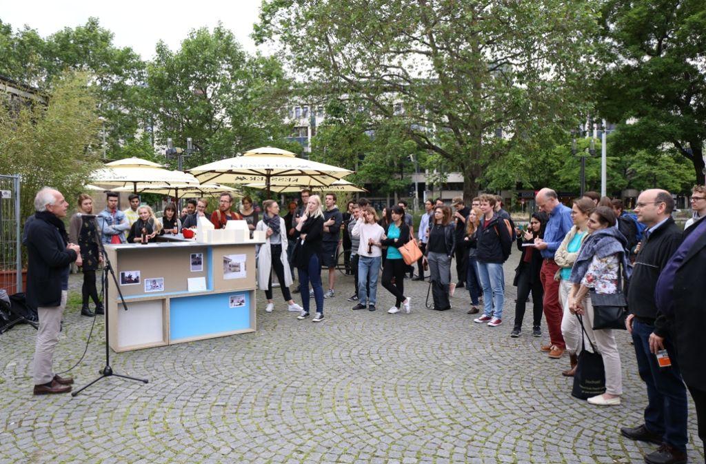 Architekturstudenten haben das Projekt Übehaus vor dem Gustav-Siegle-Haus vorgestellt. Foto: Hanna Müller