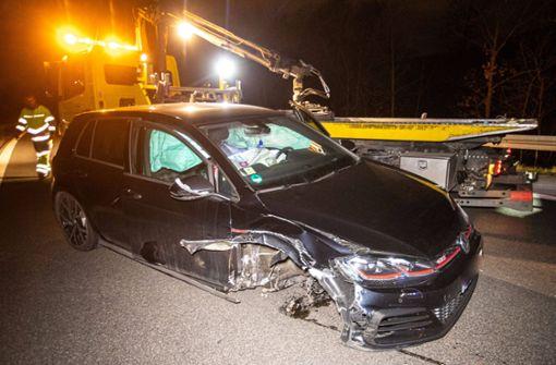 Auto stößt Pannenfahrzeug – Frau verletzt