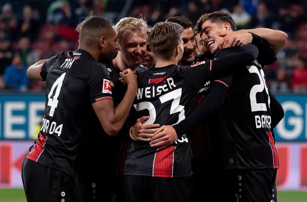 Die Spieler von Bayer Leverkusen freuen sich über einen deutlichen Auswärtssieg. Foto: dpa
