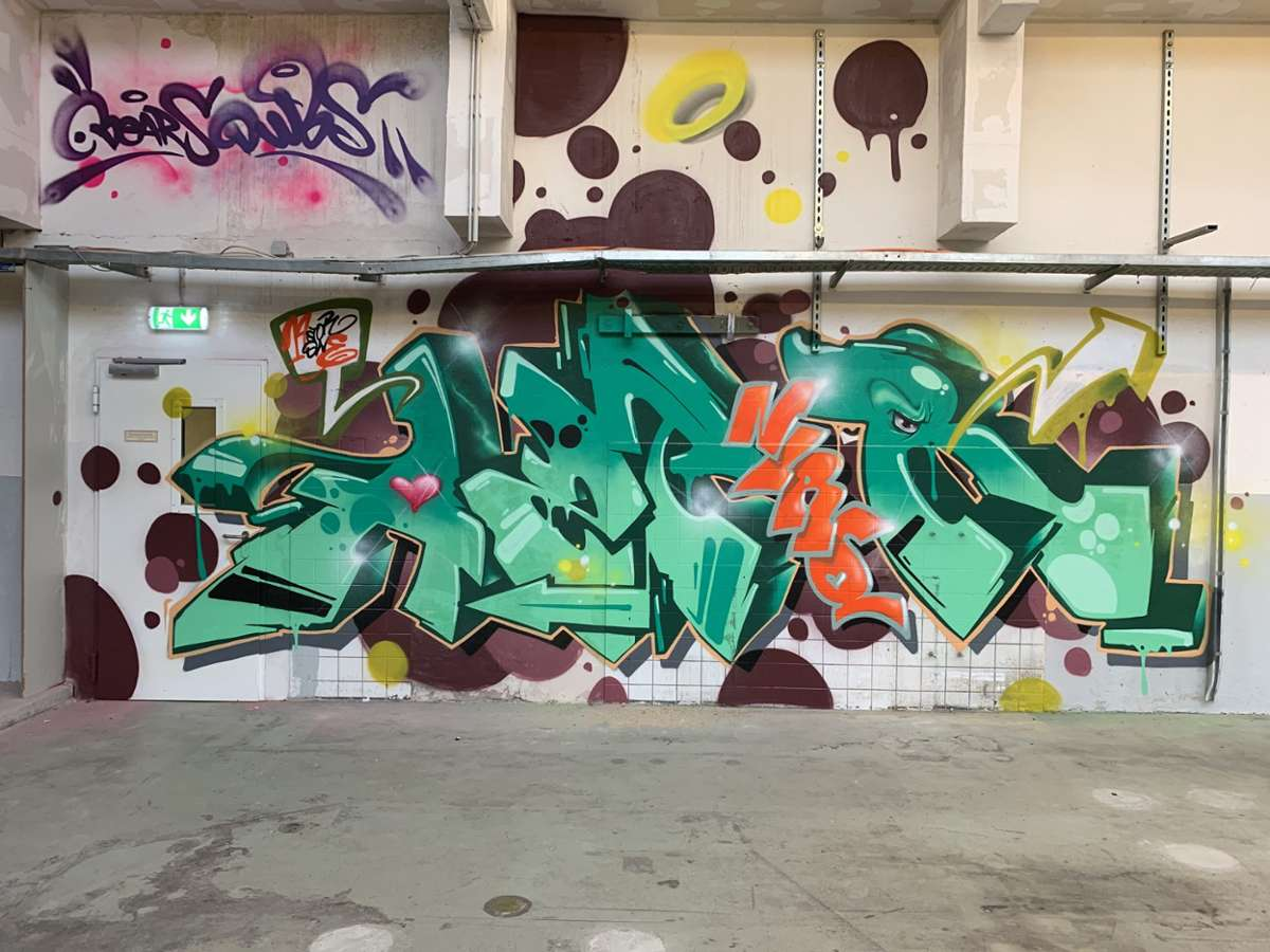 Sieben Sprayer haben eine alte Druckhalle im Verlagsgebäude der Esslinger Zeitung als Leinwand genutzt: Das Ergebnis: eine Graffiti-Hall of Fame. Foto: Patrick Kuolt