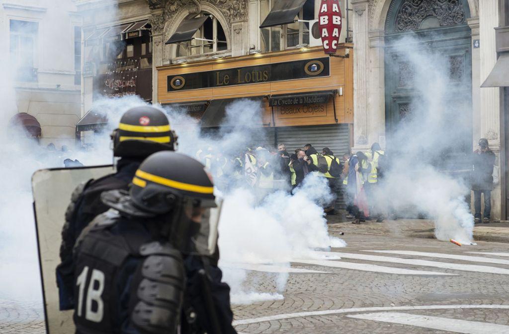 """Für die Polizisten in Frankreich stieg der Druck durch Gewalt am Rande von """"Gelbwesten""""-Protesten. Foto: dpa/Kamil Zihnioglu"""