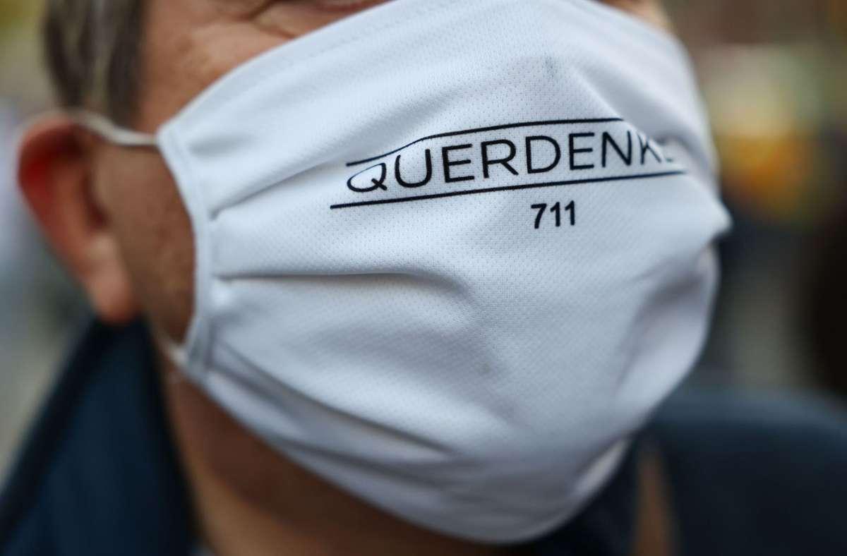 Anhänger der Bewegung Querdenken, die ihren Ursprung in Stuttgart hat. (Archivbild) Foto: AFP/YANN SCHREIBER