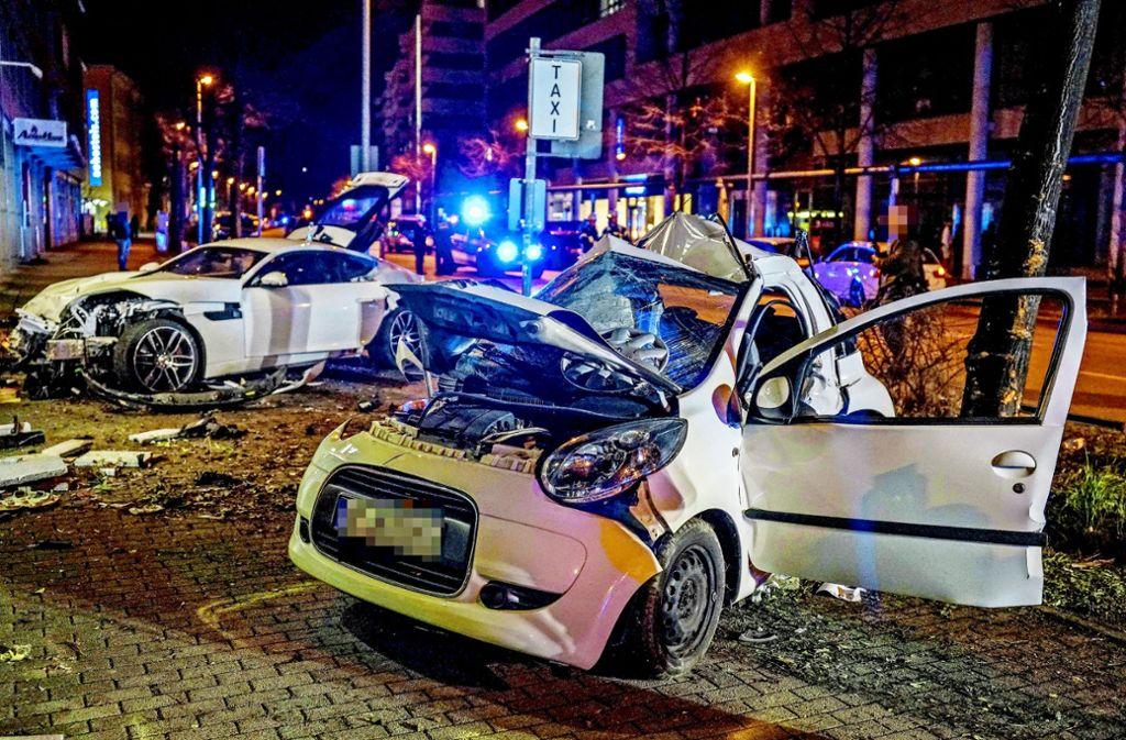 Den Helfern bot sich ein schreckliches Bild an der Unfallstelle. Die Frau und der Mann in dem Kleinwagen, gegen den der Jaguar stieß,  konnten nur noch tot  geborgen werden. Foto: SDMG