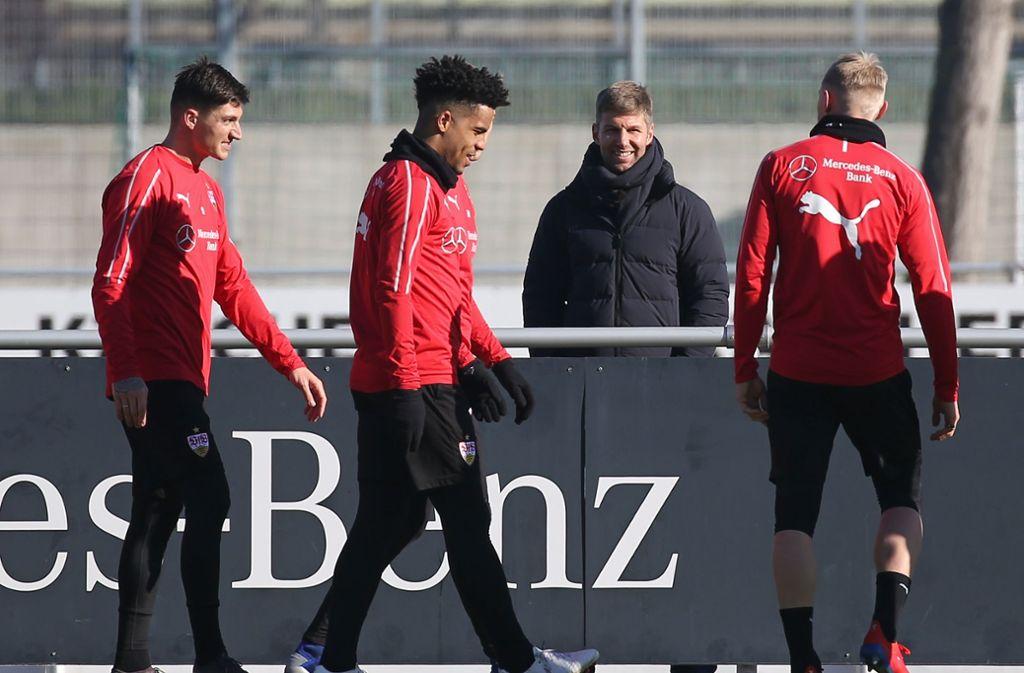 Nah dran an der Mannschaft: Thomas Hitzlsperger (2. v. re.), der neue Sportvorstand des VfB Stuttgart Foto: Pressefoto Baumann