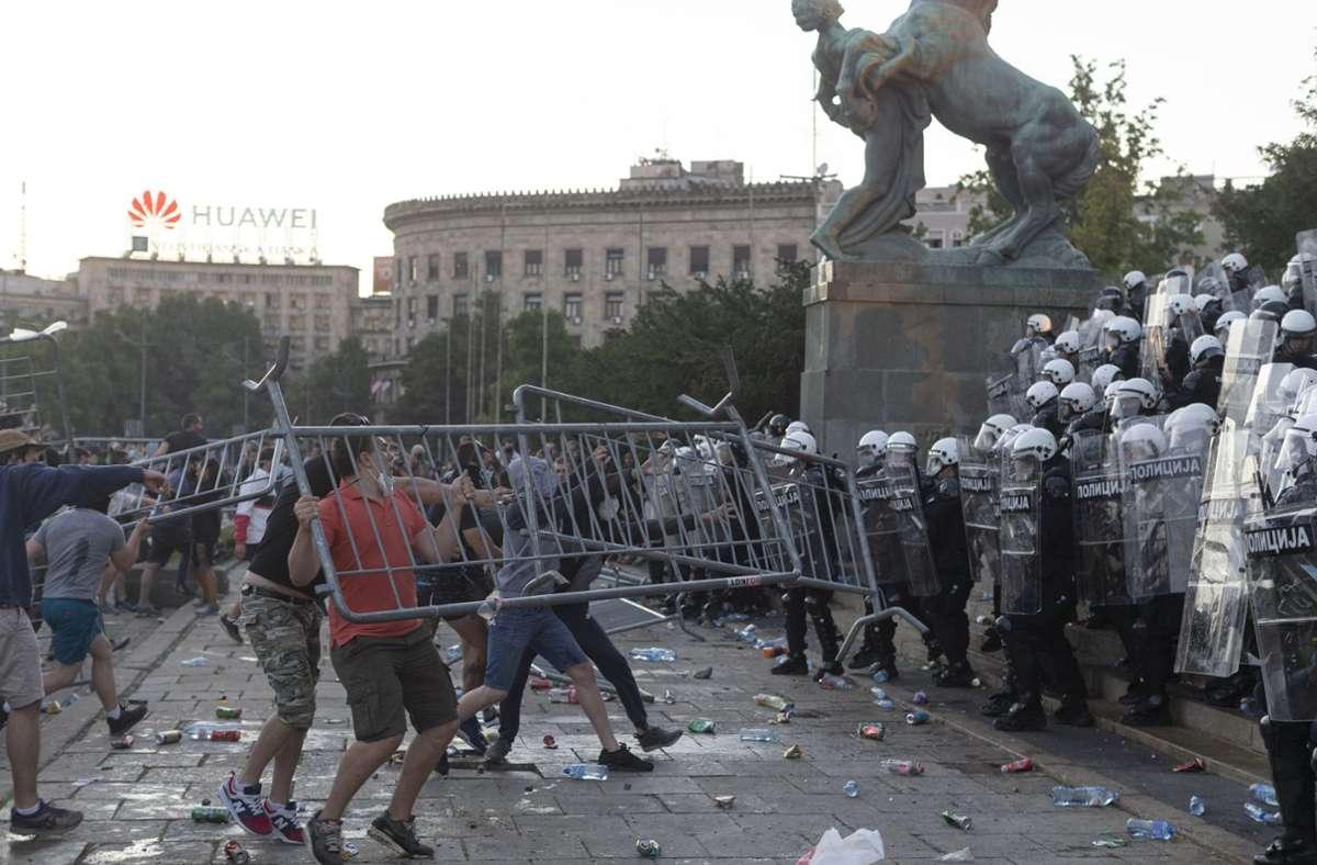 Schwere Krawalle in Belgrad Foto: AP/Marko Drobnjakovic