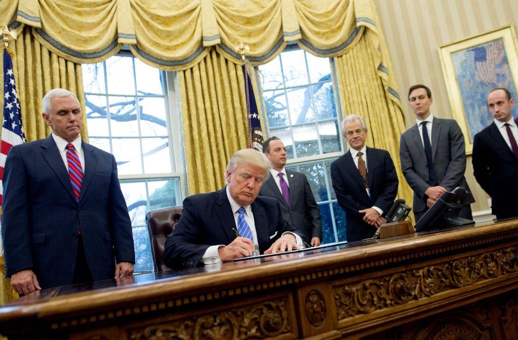 Lässt nicht locker: Donald Trump unterzeichnet den Einreisestopp für Muslime. Foto: AFP