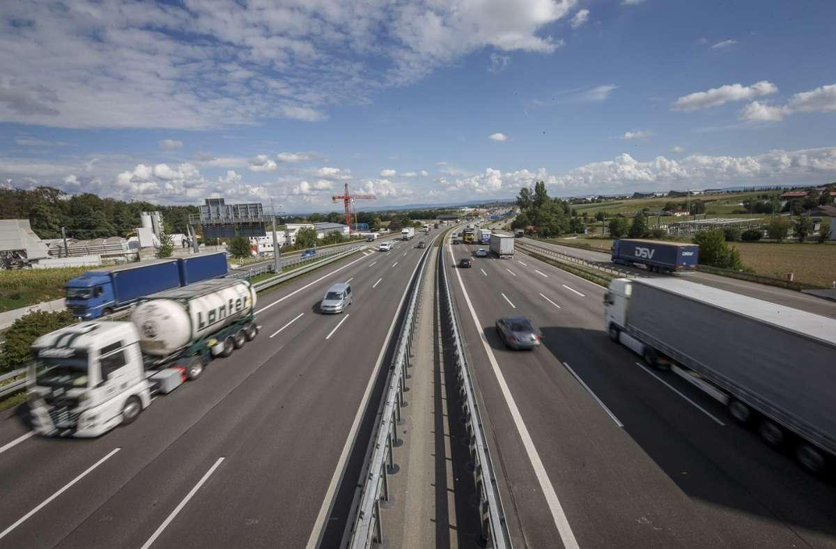 Am Donnerstagmorgen sind mehrere Hundert Liter Kraftstoff auf der A8 ausgelaufen (Archivbild). Foto: Lichtgut/Julian Rettig