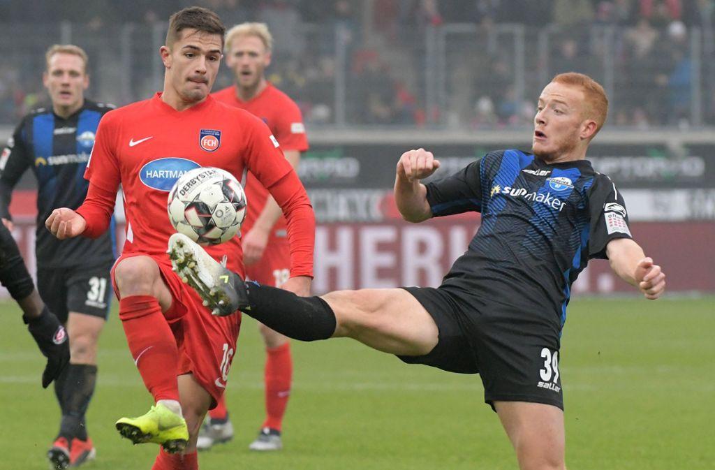 Der 1. FC Heidenheim mit Nikola Dovedan (links) kämpft im Duell gegen den SC Paderborn um den Aufstieg Foto: dpa