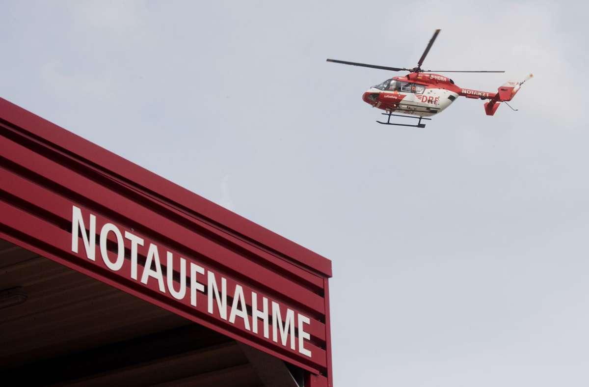 Der Mann wurde von der Bergwacht mit Hilfe eines Rettungshubschraubers geborgen und schwer verletzt in eine Klinik geflogen (Symbolbild). Foto: dpa/Julian Stratenschulte
