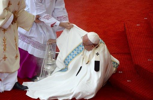 Papst stürzt bei Messe im Wallfahrtsort