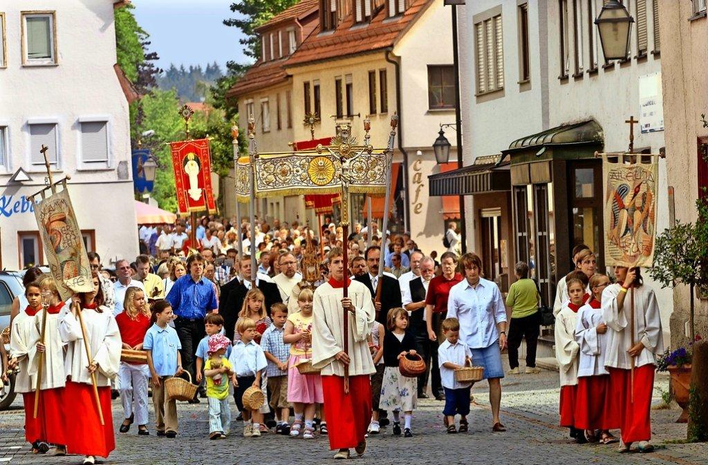 Seit mehr als 700 Jahren pilgern Gläubige an Fronleichnam durch die Straßen – so wie hier 2007 in Weil der Stadt. Foto: factum/Archiv