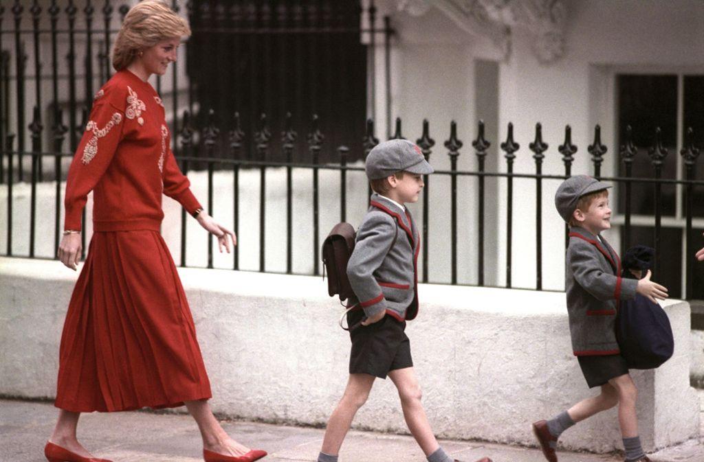 September 1989: Begleitet von seinem großen Bruder William und seiner Mutter Diana tritt Prinz Harry zum Schulstart in der Wetherby School in Notting Hill an. Foto: dpa