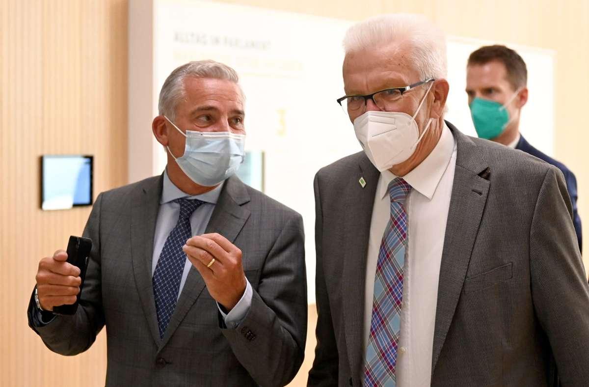 Thomas Strobl (links) und Winfried Kretschmann im Gespräch. Foto: dpa/Bernd Weißbrod