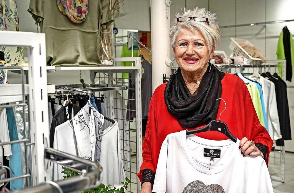 Seit den Anfängen hat sich Sigis Modetreff am Ernst-Bauer-Platz zu einer echten Institution entwickelt. Nun geht die 75-jährige Sigrid Hotzy in den Ruhestand. Foto: factum/Bach