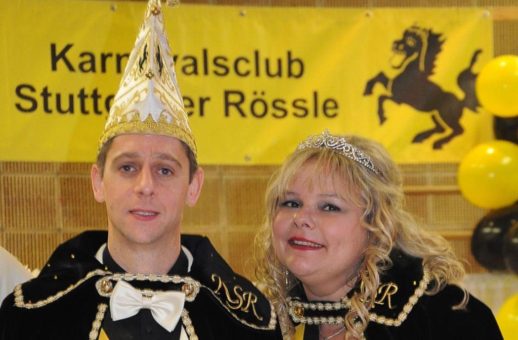 """Sandra (39) und Sven Heß (39) sind nicht nur auf der Bühne ein eingespieltes Team,  sondern auch im wahren Leben ein Paar. Die Erzieherin  interpretiert ihre Rolle als singende Prinzessin, der Fensterbauer tanzt lieber.  Sandra I.  war in Kämpfelbach als Kind mit ihrer Oma schon als Hexe unterwegs. 2019 Jahr zählten sie und ihr Mann  zu den Gründungsmitgliedern der Musketiere, der neuen Kostümgruppe der Rössle.   """"Wir mögen Spaß und gute Laune"""", beschreibt das Duo sein  Kampagnenmotto. Foto: Georg Linsenmann"""