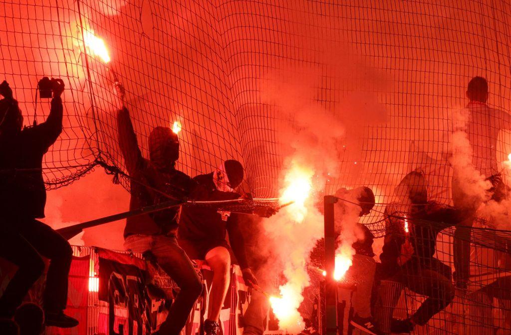 VfB-Anhänger beim Spiel in Berlin. Foto: Pressefoto Baumann