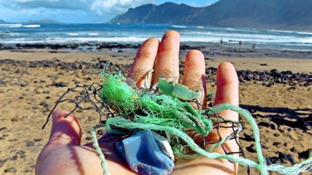 Vieles davon gelangt ins Meer: Jenna Jambeck sammelt Plastikmüll auf einem Strand der Kanarischen Inseln Foto: Malin Jacob