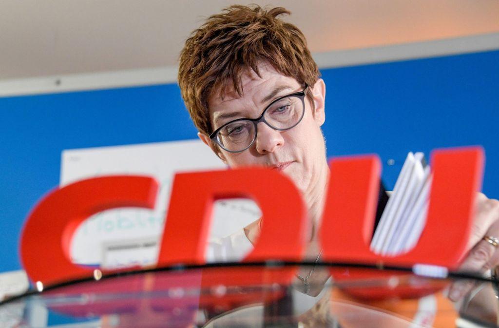 Die SPD hat CDU-Generalsekretärin Annegret Kramp-Karrenbauer vorgeworfen, sich unklar zu möglichen Koalitionen mit der AfD – ihre Partei hat am Montag für sie heftig widersprochen. Foto: dpa