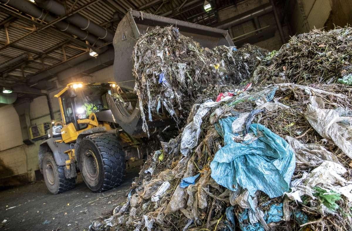 Plastiktüten, Glasflaschen und Co. im Biomüll bereiten den Entsorgern Probleme. Foto: Frank Eppler