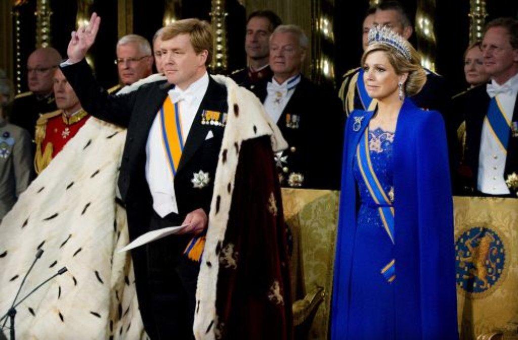 In Hermelin und königsblau: König Willem-Alexander und Königin Máxima der Niederlande beim Amtseid in der Nieuwe Kerk in Amsterdam. Foto: dpa