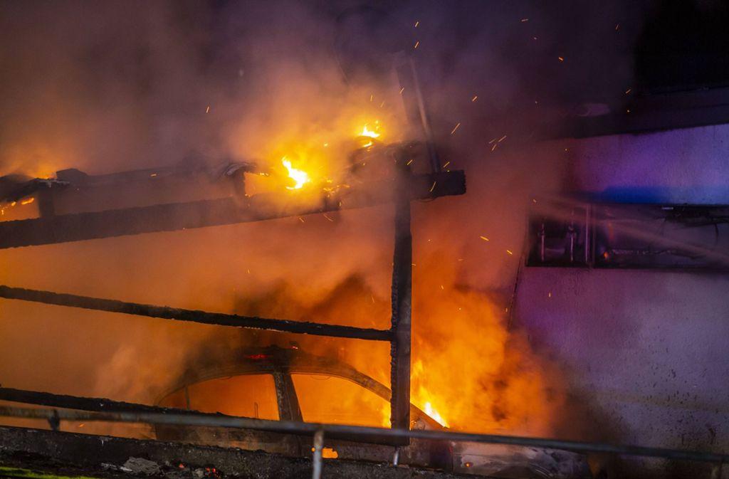 In dem Vereinsheim hat sich nach Polizeiangaben während des Brandes niemand aufgehalten. Foto: 7aktuell.de/Simon Adomat