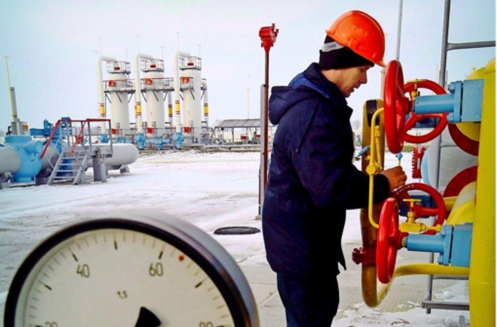 Ein ukrainischer Arbeiter an einer  130 Kilometer von Kiew entfernten Gasstation Bobrovnytska – im  Streit über die Gaslieferungen versucht die EU zu vermitteln. Foto: dpa