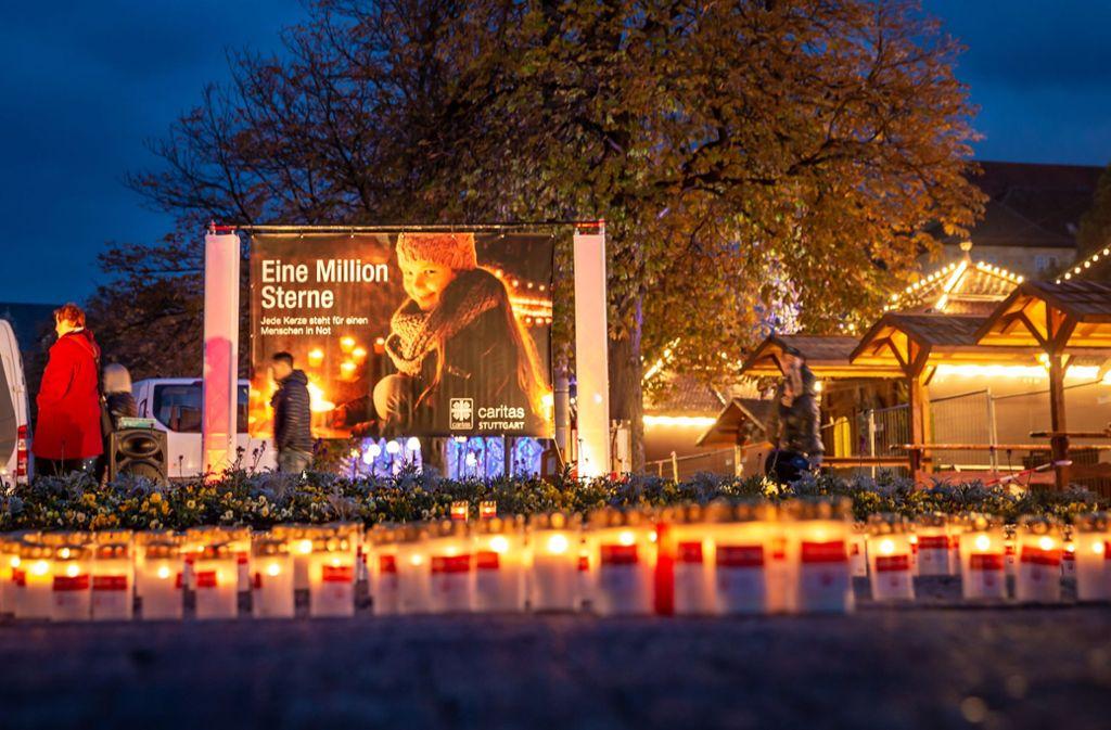 """Am Samstag hat der Caritasverband Stuttgart zur deutschlandweiten Aktion """"Eine Million Sterne"""" eingeladen – auch am Schlossplatz leuchtet es kräftig. Foto: Lichtgut/Julian Rettig"""