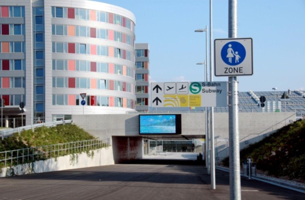 Der geplante neue Bahnhof am Flughafen soll nach dem Willen zweier Gemeinderatsfraktionen nochmals unter die Lupe genommen werden. Foto: Archiv