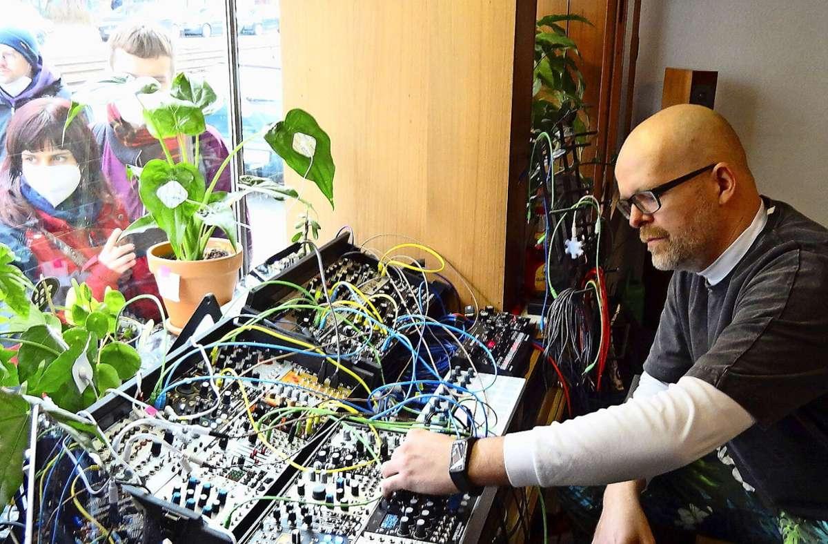 Der Pflanzen-Klang-Performance von Karel Hacker konnten die Neugierigen vom Gehsteig aus lauschen. Foto: /Sybille Neth