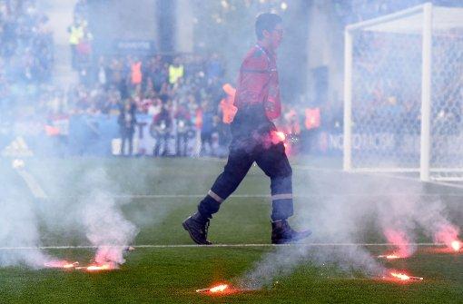 Kroatische Fans werfen Bengalos auf den Platz