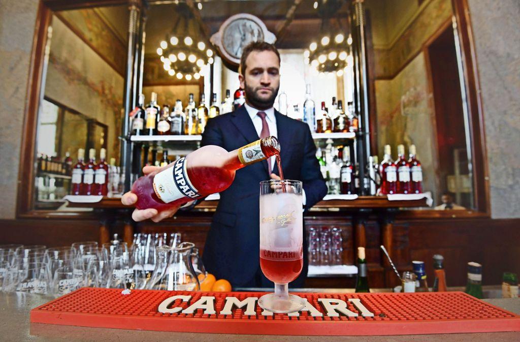 Ein Barkeeper serviert in der historischen Campari-Bar in Mailand den weltberühmten Likör. Foto: AFP