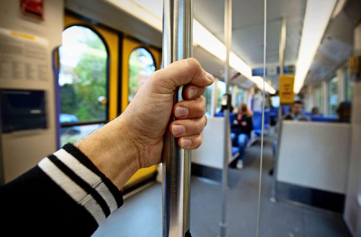 Zwei Männer werden von einem 35-Jährigen mit einem Messer bedroht. Auch in der U6 bedroht der Mann Fahrgäste (Symbolbild). Foto: Leif Piechowski/Leif Piechowski