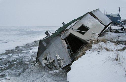 Tauwetter in der Arktis – schwere Schäden an Häusern in Shishmaref. Foto: AP