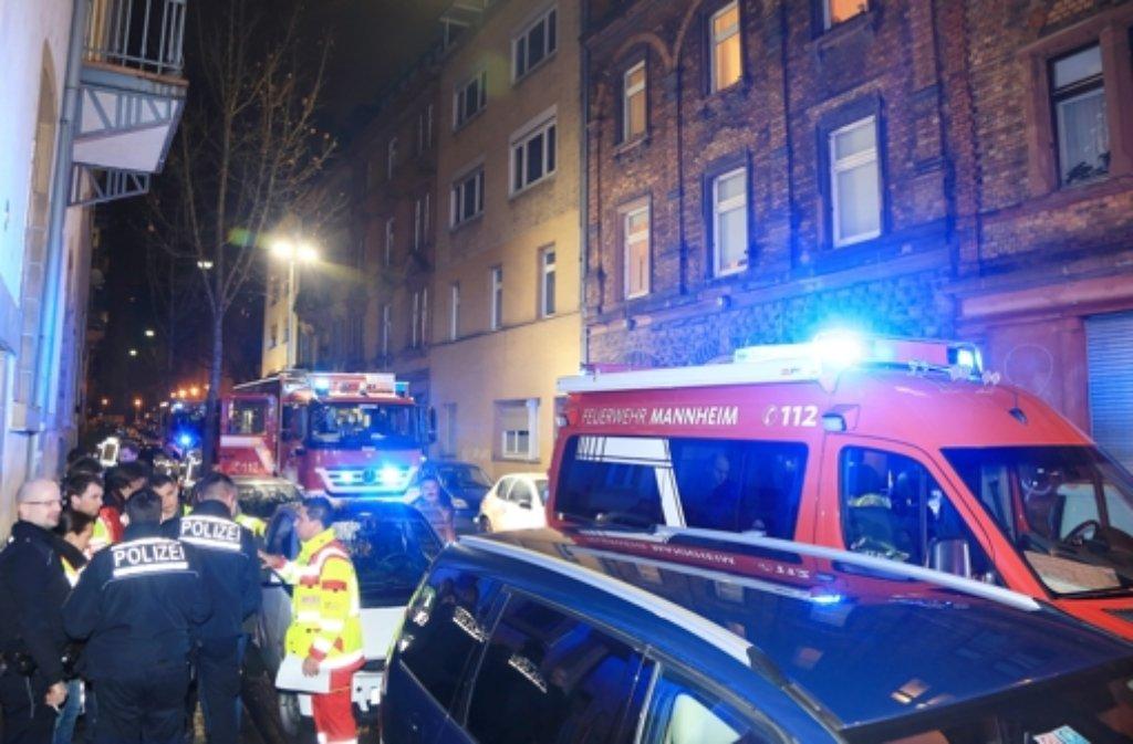 Bei einem Feuer in Mannheim kommen in der Nacht in diesem Haus zwei Jungen und ein Mädchen ums Leben. Foto: dpa